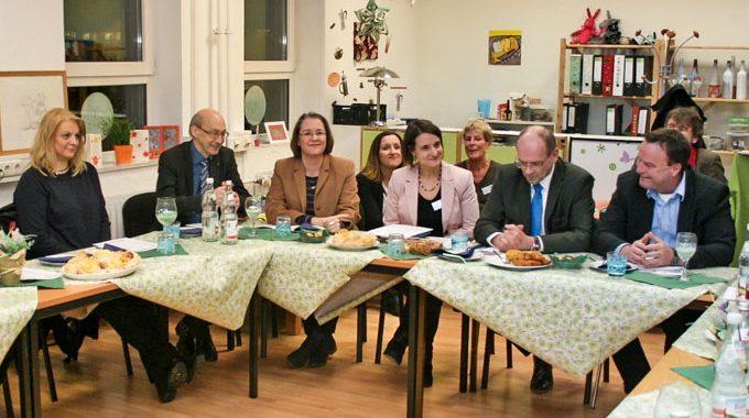 Hürden Gemeinsam überwinden – Minister Rainer Schmeltzer Sucht Gespräch Mit Alleinerziehenden