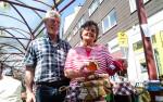 Ingrid und Manfred Bruzek freuten sich beim Marmeladen-Verkauf über den strahlenden Sonnenschein.