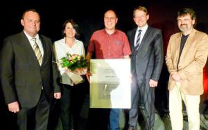 Übergabe des Ehrenamtspreises: (von links) SPD-Vorsitzender Hubertus Kramer, Mirella und Andreas Linke, Bürgermeister Claus Jacobi und der Bundestagsabgeordnete René Röspel. (Bild: André Sicks)