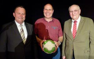 Ehrung durch den Fußballkreis Hagen/Ennepe-Ruhr: (von rechts) 2. Vorsitzender Volker Rabiega, Andreas Linke und Hubertus Kramer.