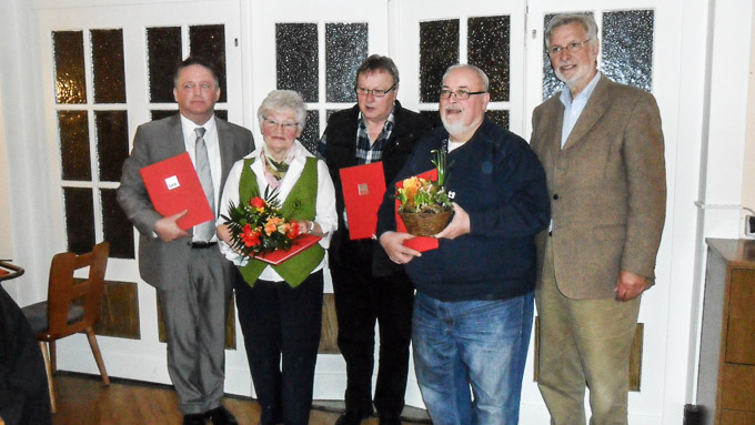 Altbürgermeister Klaus Solmecke hielt die Laudatio auf (Foto von rechts) Holger Steinke (25 Jahre), Helmut Kremer (10 Jahre), Edith Kunstmann (40 Jahre) und Ralf Terjung (10 Jahre). Verhindert waren an diesem Nachmittag OIga Mehrwald (25 Jahre) und Minh Tri Pan (10 Jahre).
